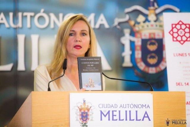 La consejera de Cultura, Elena Fernández, presentando la conferencia de Zoubida Boughaba.