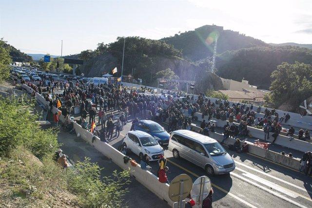Una multitud de persones talla la carretera de l'AP-7 a la Jonquera (Girona),  una acció convocada per Tsunami Democràtic, a la Jonquera /Girona /Catalunya (Espanya), 11 de novembre del 2019.