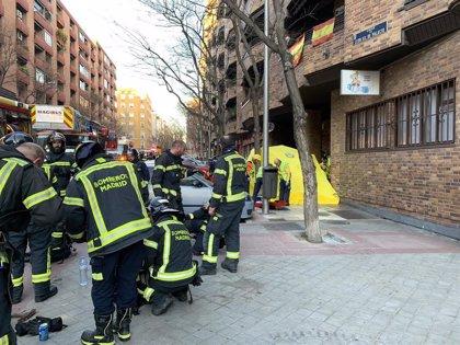 Muere una anciana y dos vecinos resultan intoxicados por el incendio de un piso en Retiro