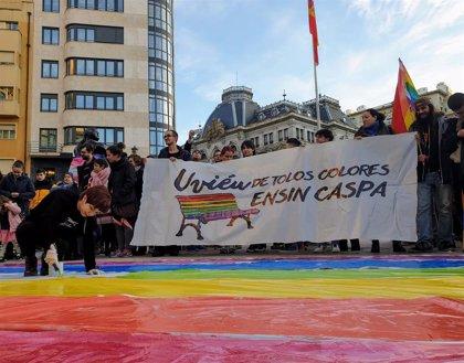 Unas 300 personas reclaman conservar los bancos arcoíris y que la Escandalera siga acogiendo reivindicaciones sociales