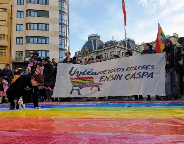 Manifestación para mantener los bancos arcoíris en la plaza de la Escandalera de Oviedo