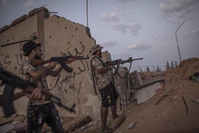 Milicianos que apoyan al Gobierno libio frente a las fuerzas de Haftar