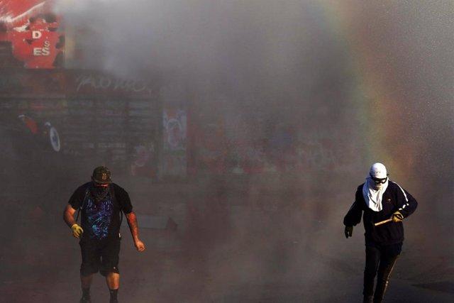 Chile.- Manifestantes en Chile lanzan gas lacrimógeno en una misa en la catedral