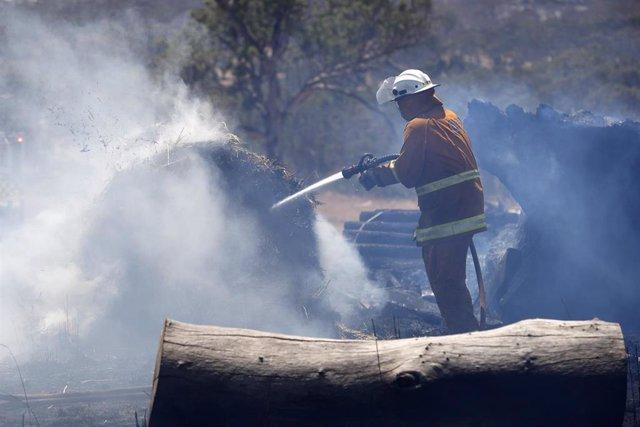 Imagen de un bombero sofocando el fuego en Australia.