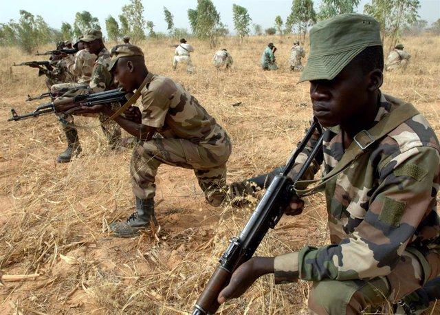 Militares nigerinos en sesión de entrenamiento