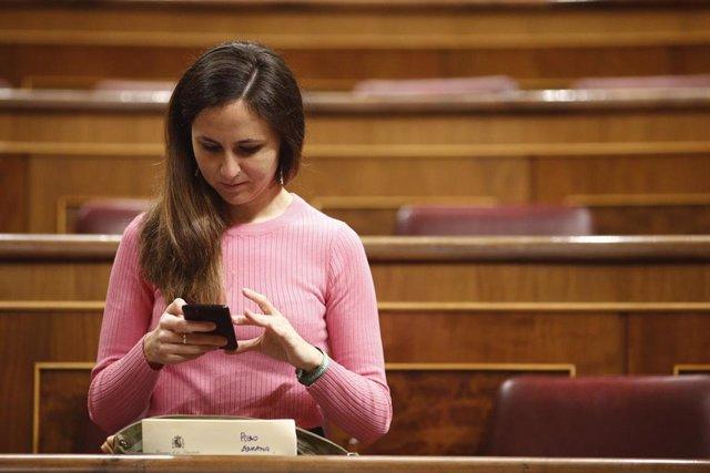 La portavoz adjunta de Unidos Podemos en el Congreso de los Diputados, Ione Belarra, consulta su móvil antes del comienzo de la sesión de control.