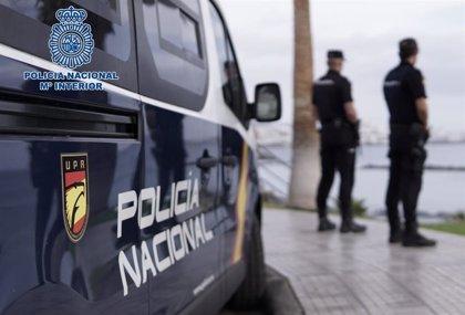 Detienen a dos jóvenes por robar unas gafas y 72 euros del interior de un coche