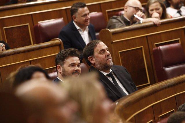 El portaveu parlamentari d'Esquerra Republicana (ERC),  Gabriel Rufián, i el pres del procés i ex-vicepresident de la Generalitat, Oriol Junqueras asseguts al Congrés dels Diputats durant la constitució de la XIII Legislatura de la cambra baixa.