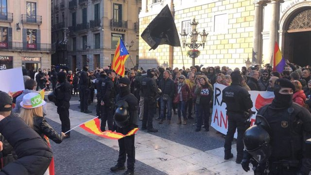 Un cordón policial separa una concentración de CDR y una manifestación de Vox