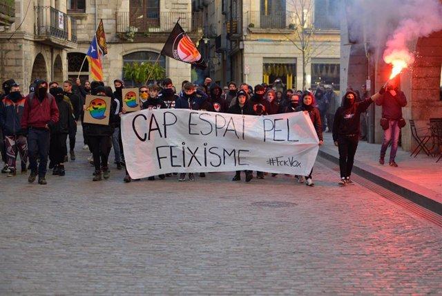 Participantes en la concentración contra la convocatoria de Vox bajo el lema 'Cap espai pel feixisme' ('Ningún espacio para el fascismo'),  en Girona a 12 de enero de 2020.