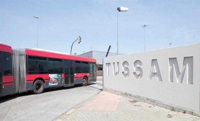 Vehículo de Tussam entrando en las instalaciones de la empresa