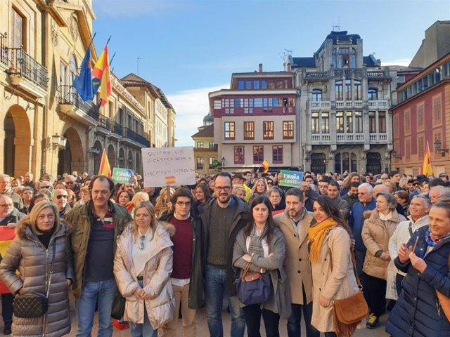 Vox se suma a la concentración de la plataforma 'España existe', que congrega a unas 400 personas ante el Ayuntamiento de Oviedo