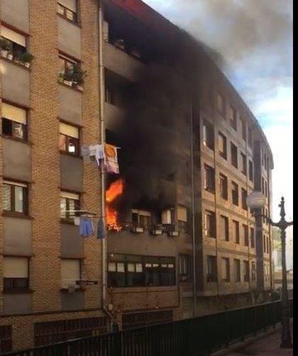 Un fuego originado en dos arcones de plástico provoca un incendio en una vivienda de Matiko en Bilbao, sin heridos