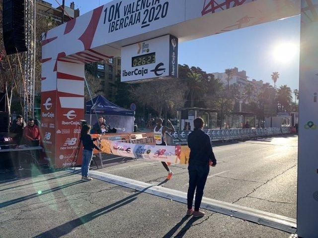 El atleta keniano Rhonex Kipruto ha batido este domingo el récord del mundo de 10.000 metros en la XII edición del 10K Valencia Ibercaja