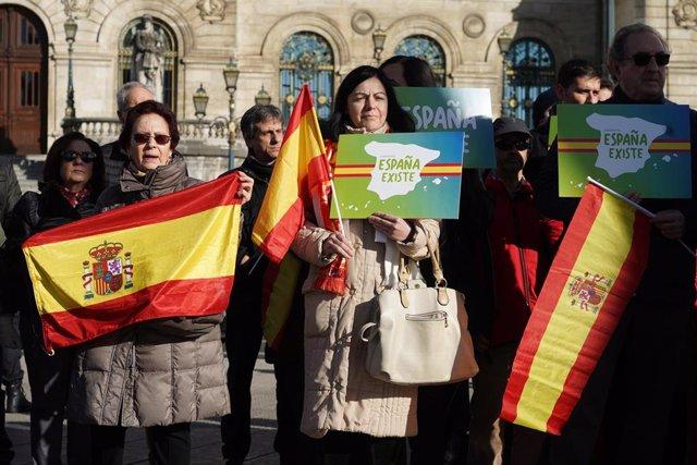 Concentración convocada por Vox impulsada por la plataforma 'España Existe' con el lema 'Por un Gobierno que respete la Constitución y la soberanía'.