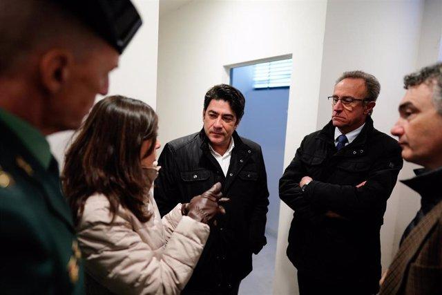 El consejero de Vivienda y Administración Local, David Pérez, ha visitado las obras de remodelación de viviendas en régimen de alquiler para agentes de la Guardia Civil.