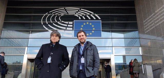 L'expresident de la Generalitat Carles Puigdemont i l'exconseller Toni Comín recollint la seva credencial permanent d'eurodiputats.