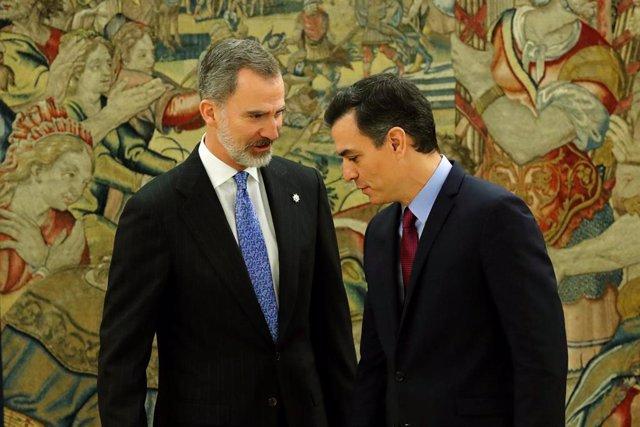 El presidente del Gobierno, Pedro Sánchez (dech) y el Rey Felipe VI (izq), momentos después de que Sánchez prometiera su cargo como presidente, en el Palacio de La Zarzuela /Madrid (España), a 8 de enero de 2020.
