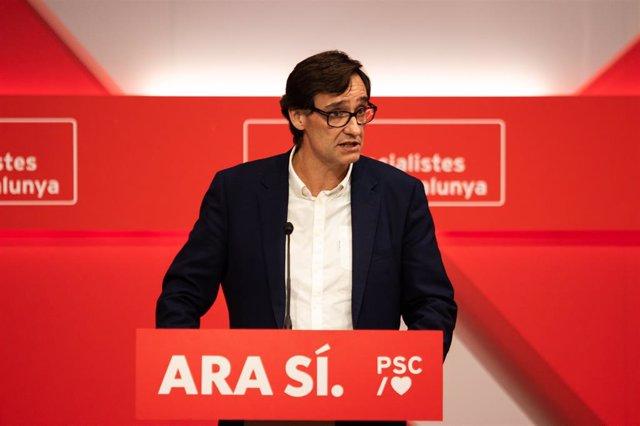El secretari de l'Àrea d'Organització del PSC, Salvador Illa, ofereix declaracions als mitjans de comunicació durant la nit electoral del 10N a la seu del PSC de Barcelona (Catalunya, Espanya), on el partit segueix els resultats de l'escrutini.
