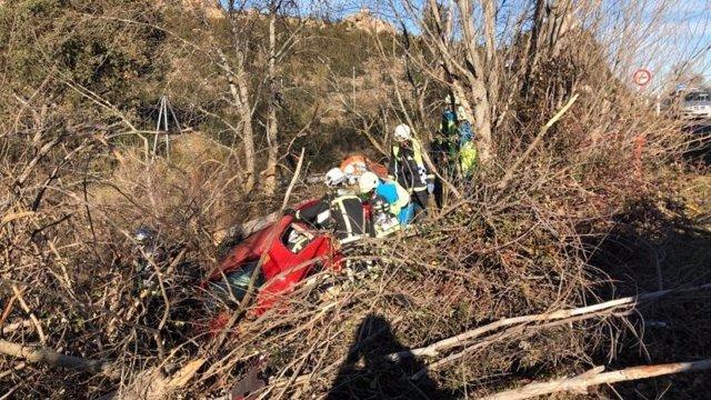 Los bomberos de la Comunidad de Madrid rescatan de su vehículo a una mujer de 30 años que ha resultado herida tras chocar contra un árbol tras salirse de la vía en la M-608, a la altura del municipio de Manzanares del Real.