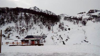 Más de 4.100 esquiadores acuden este fin de semana a las estaciones invernales asturianas