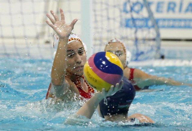 Paula Crespí, en un partido con la selección española de waterpolo.