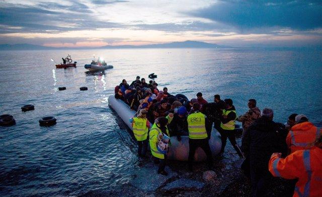 Imatge d'un rescat de refugiats i migrants en una embarcació al mar Egeu.