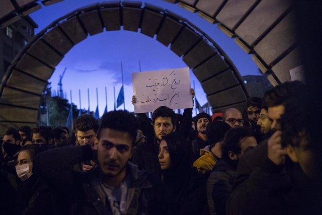 Vigilia por los fallecidos tras ser derribado un avión ucraniano en Teherán