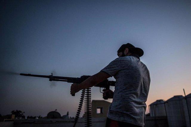 Combatiente leal al Gobierno de unidad de Libia con sede en Trípoli