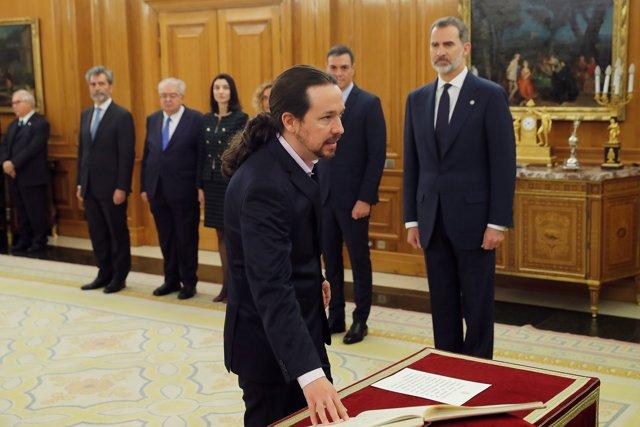 El nuevo vicepresidente de Derechos Sociales y Agenda 2030, Pablo Iglesias, jura o promete su cargo ante el Rey Felipe VI, en el Palacio de la Zarzuela de Madrid, a 13 de enero de 2020.