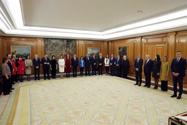 El presidente del Gobierno, Pedro Sánchez (d) preside la jura de ministros de su nuevo gobierno durante un acto celebrado en el Palacio de Zarzuela en Madrid a 13 de enero de 2020.