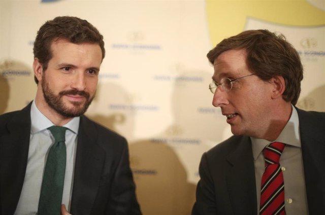 El presidente del PP, Pablo Casado (izq) y el alcalde de Madrid, José Luis Martónez- Almeida (dech), en un desayuno informativo de Nueva Economía Fórum, en Madrid (España), a 13 de enero de 2020.