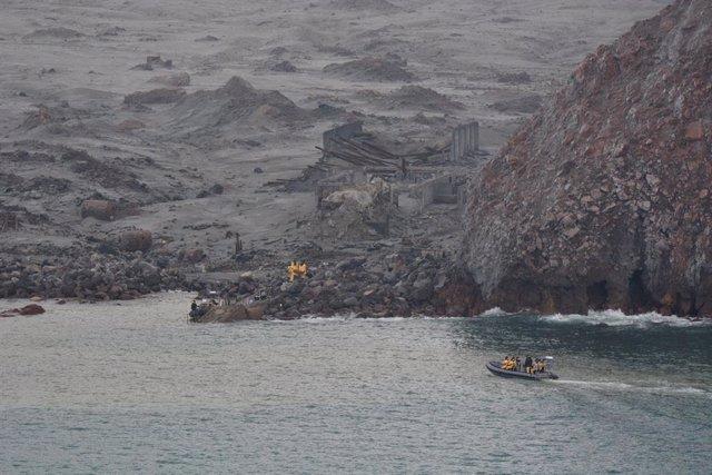 Membres de l'equip de rescat busquen els cossos de les víctimes de l'erupció del volcà de l'illa Whakaari a Nova Zelanda.