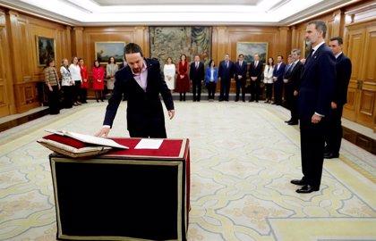 Casa Real.- Iglesias y Garzón prometen su cargo con un pin del triángulo rojo invertido, que simboliza la lucha antifascista
