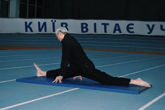 Este hombre de 69 años entrena a diario y es capaz de realizar un gran número de sorprendentes acrobacias