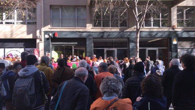 Desenes de persones es concentren davant la seu d'ERC en contra de la llei Aragonès