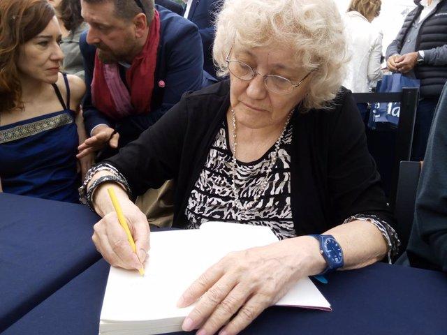 Isabel-Clara Simó firma llibres a Sant Jordi (arxiu)