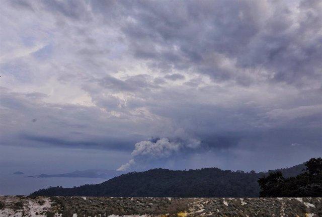 Columna de humo y cenizas del volcan Taal