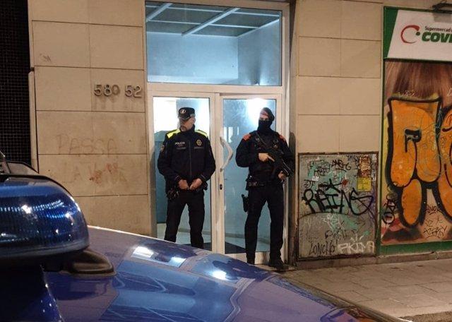 Dispositiu dels Mossos d'Esquadra i la Guàrdia Urbana a pisos de Barcelona que presumptament emmagatzemaven droga.