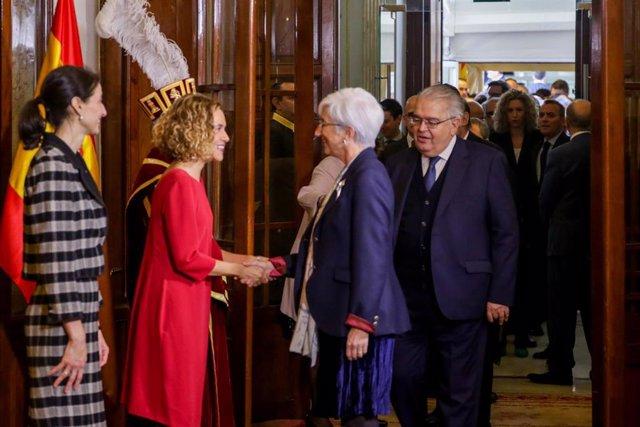 (I-D) la presidenta del Senado, Pilar Llop, la presidenta del Congreso, Meritxell Batet, y la fiscal general del Estado, María José Segarra, se saludan en el acto de Conmemoración del Día de la Constitución en el Congreso de los Diputados, en Madrid (Es