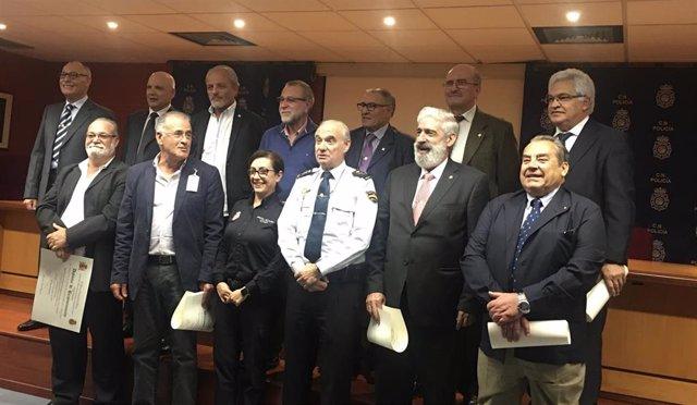 Algunos de los exagentes de la Policía Nacional de la Jefatura Superior de la Policía Nacional en Canarias que han recibido un diploma de reconocimiento a su labor tras haberse jubilado