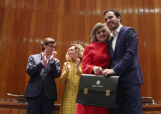 La exministra de Sanidad, Consumo y Bienestar Social, María Luisa Carcedo, posa junto al nuevo ministro de Consumo, Alberto Garzón durante el traspaso de la cartera en la sede del Ministerio de Sanidad en Madrid.