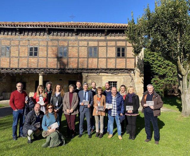 El vicepresidente regional, Pablo Zuloaga, presenta la nueva guía de centros y museos etnográficos de Cantabria