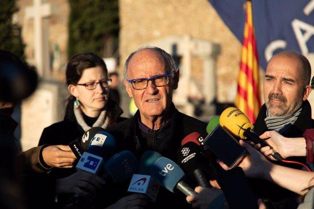 El vicepresident de l'Assemblea Nacional Catalana (ANC), Josep Cruanyes, fa unes declaracions davant els mitjans durant l'ofrena floral a la tomba de Francesc Macià, Montjuïc (Barcelona), 25 de desembre del 2019.