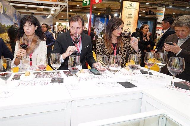 El alcalde de Valladolid, flanqueado por la concejal de Cultura y Turismo y la presidenta de la Asociación Provincial de Empresarios de Hostelería, catando un vino en Madrid Fusión.