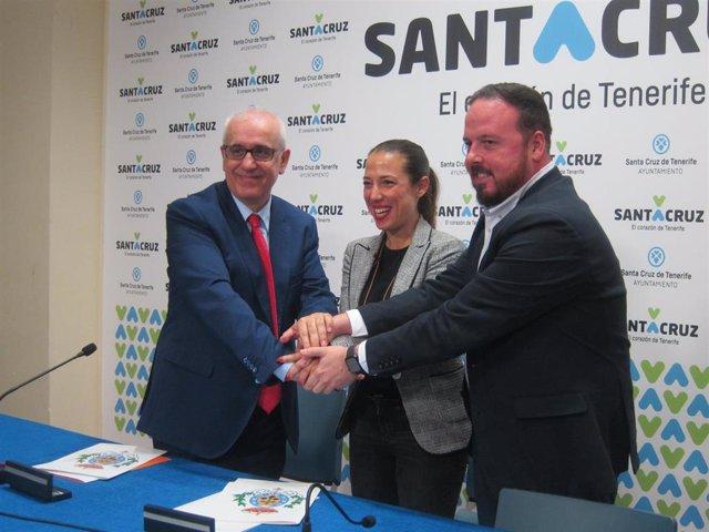 El director de RTVE en Canarias, Domingo Álvarez, la alcaldesa de Santa Cruz de Tenerife, Patricia Hernández y el concejal de Fiestas, Andrés Casanova, en la firma del convenio de retransmisión del Carnaval