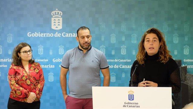 La viceconsejera de Derechos Sociales, Gemma Martínez, haciendo declaraciones en la firma junto a la presidenta de la Federación Canaria de Municipios (Fecam), Mª Concepción Brito Núñez, y el director general de Derechos Sociales, Jonás Gonzál