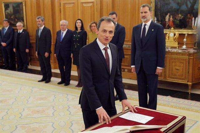 El ministro de Ciencia e Innovación, Pedro Duque,  jura o promete su cargo ante el Rey Felipe VI, en el Palacio de la Zarzuela de Madrid, a 13 de enero de 2020.