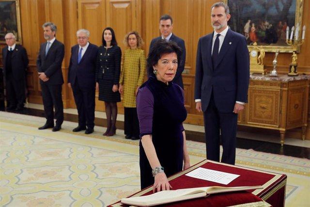 La ministra de Educación y Formación Profesional, Isabel Celaá, jura o promete su cargo ante el Rey Felipe VI, en el Palacio de la Zarzuela de Madrid, a 13 de enero de 2020.