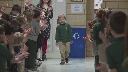 Gran aplauso de sus compañeros de colegio a un niño de seis años que acaba de terminar la quimioterapia